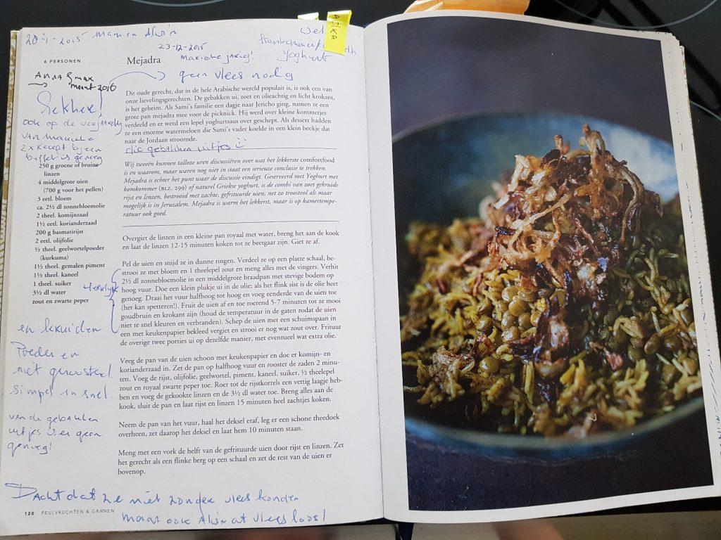 Het kookboek van Judith vol met aantekeningen.